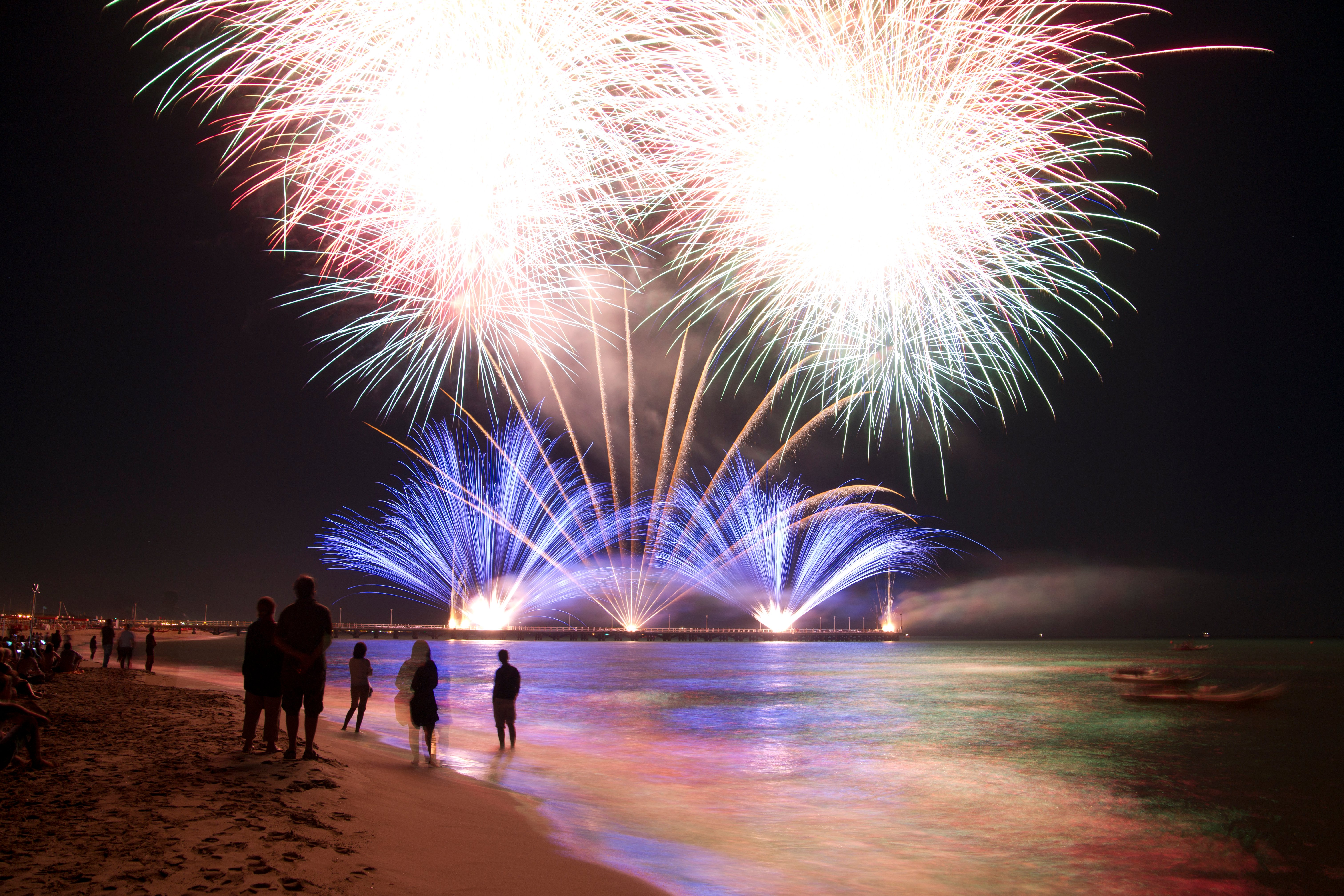 fireworks-by-the-sea-PC9UES5 (1)